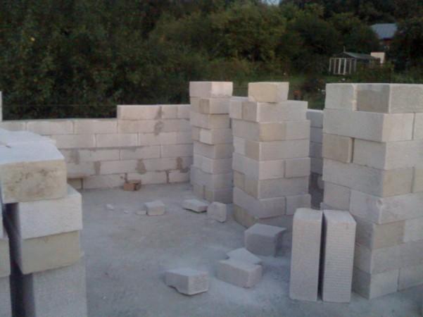 Фундамент готов, возводим стены первого этажа
