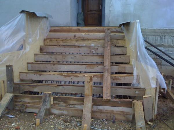 Уличная лестница - юбкой, скелет